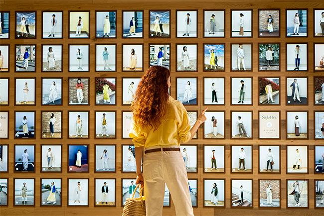 店内壁面を埋め尽くす240台のディスプレイには、人気のインフルエンサーやユーザーの投稿写真が並びます。